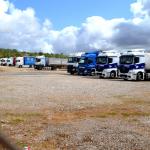 amplio aparcamiento camiones